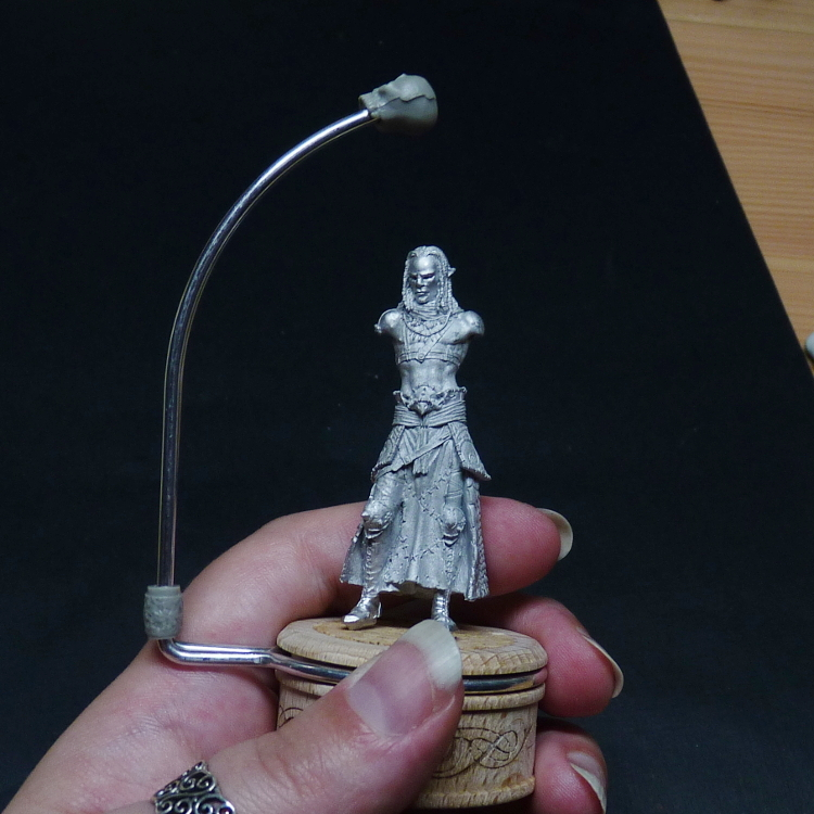 Standard holder with a handle for 54mm figures. Miniature from Pegaso.